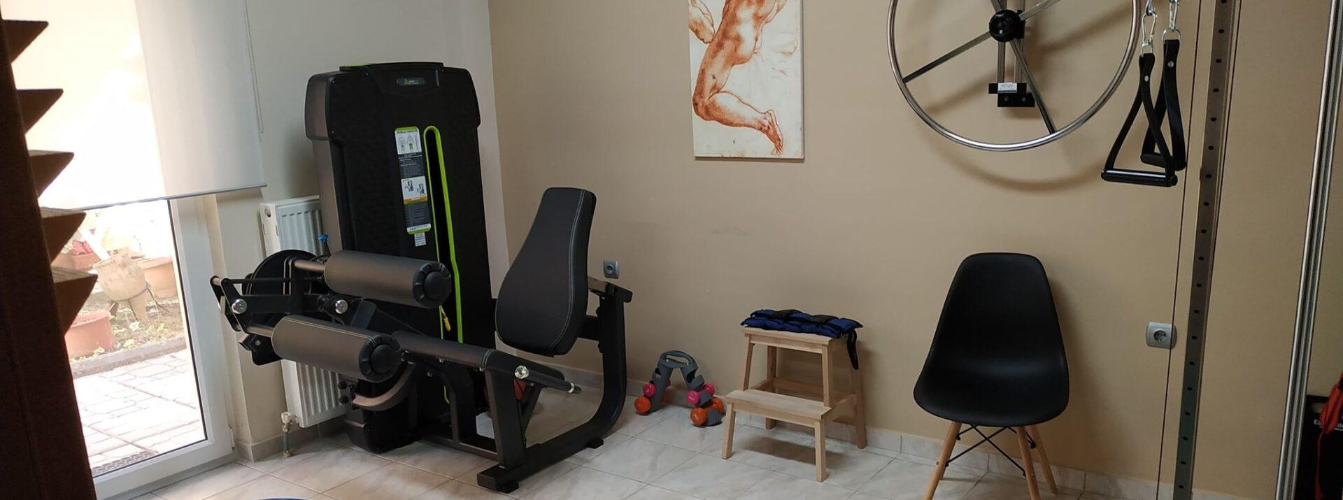 Πλήρως εξοπλισμένο γυμναστήριο με όλα τα απαραίτητα όργανα